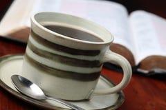 Koffie en de Bijbel Royalty-vrije Stock Afbeeldingen