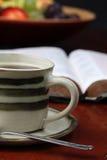Koffie en de Bijbel Stock Foto