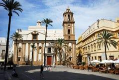 Koffie en de kerk van Santiago, Cadiz Stock Foto