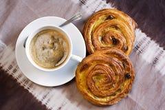 Koffie en Deens gebakje stock afbeeldingen