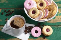 Koffie en diverse koekjes stock foto's