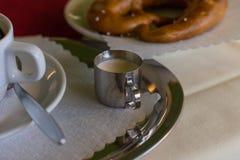 koffie en Duitse pretzel stock afbeelding