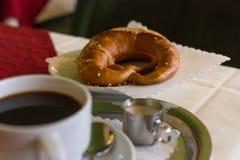 koffie en Duitse pretzel royalty-vrije stock fotografie
