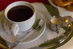 koffie en Duitse pretzel stock afbeeldingen