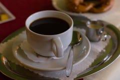 koffie en Duitse pretzel stock fotografie
