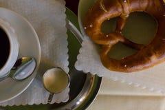 koffie en Duitse pretzel royalty-vrije stock foto