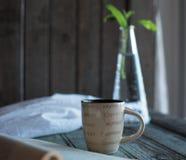 Koffie en een boek en houseplant royalty-vrije stock afbeelding