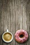 Koffie en een doughnut stock foto
