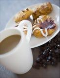 Koffie en een gebakje stock afbeeldingen