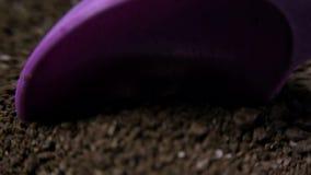 Koffie en een lepel die het opscheppen stock video