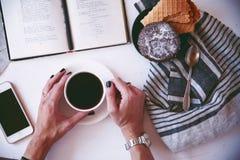 Koffie en favoriet boek Stock Foto's