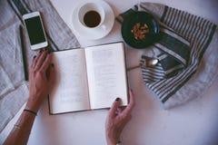 Koffie en favoriet boek Stock Afbeeldingen