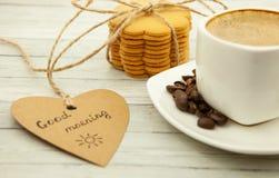 Koffie en gemberkoekjes op een houten achtergrond, een hartelijk en gezond ontbijt royalty-vrije stock foto