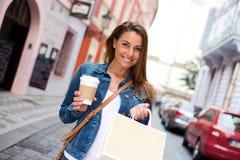 Koffie en het winkelen stock foto