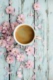 Koffie en kersenbloesem royalty-vrije stock afbeelding