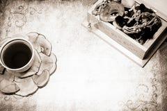 Koffie en kist met juwelen Stock Foto