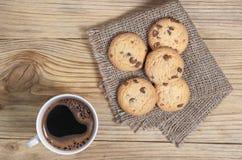 Koffie en koekjes met chocolade royalty-vrije stock afbeeldingen