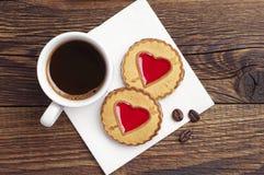 Koffie en koekjes met jam in vorm van hart stock foto