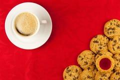 Koffie en koekjes op een rood Royalty-vrije Stock Foto