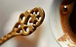Koffie en koffielepel in Mostar, Bosnië Stock Afbeelding