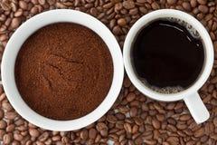 Koffie en koffiepoeder bovenop koffiebonen Royalty-vrije Stock Foto's