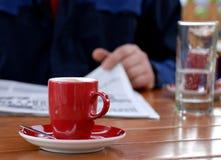 Koffie en krant stock afbeelding