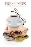 Koffie en kranten op wit wordt geïsoleerd dat Royalty-vrije Stock Foto's