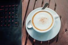 Koffie en laptop Royalty-vrije Stock Foto's