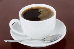 Koffie en lepel op bureau Royalty-vrije Stock Foto's
