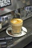 Koffie en machine stock afbeeldingen