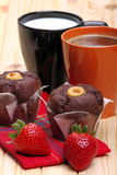 Koffie en melk met muffins en aardbeien Royalty-vrije Stock Afbeeldingen