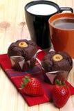 Koffie en melk met muffins en aardbeien Stock Fotografie