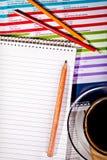 Koffie en notitieboekje op desknotebook Stock Afbeelding