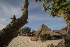 Koffie en resterant op een tropisch strand - reisachtergrond Stock Afbeeldingen