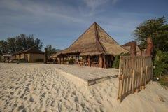Koffie en resterant op een tropisch strand - reisachtergrond Royalty-vrije Stock Afbeelding
