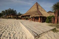 Koffie en resterant op een tropisch strand - reisachtergrond Royalty-vrije Stock Fotografie