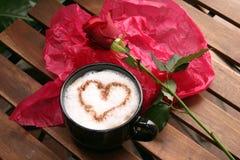 Koffie en rozen stock afbeeldingen