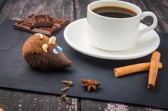 Koffie en snoepjes op een houten lijst royalty-vrije stock foto's