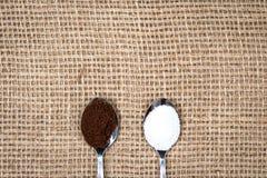 Koffie en suiker op jutetextiel Stock Afbeelding