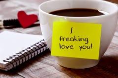 Koffie en tekst I freaking liefde u Royalty-vrije Stock Afbeeldingen