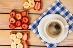 Koffie en toost met aardbeien en bananen Stock Foto's