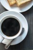 Koffie en toost op houten lijst Royalty-vrije Stock Afbeeldingen