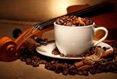 Koffie en viool Stock Fotografie