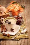 Koffie en vruchten voor ontbijt stock foto's