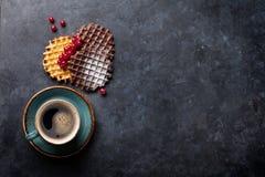 Koffie en wafels met bessen royalty-vrije stock foto's