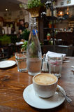 Koffie en Water in Restaurant Stock Foto