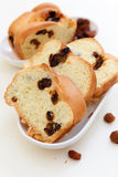 Koffie en zoet brood met rozijnen Stock Foto