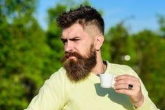 Koffie gastronomisch concept De gebaarde mens met espressomok, drinkt koffie Mens met baard en snor op strikte gezichtsdranken stock foto