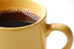 Koffie in gele mok Royalty-vrije Stock Foto's