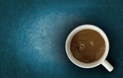 Koffie gezet op donkerblauwe houten Royalty-vrije Stock Afbeelding